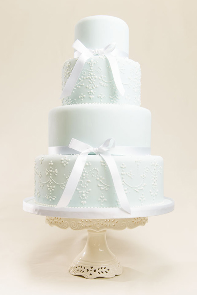 Jennifer Inspired by intricate beaded embroidery, this piped cake combines clean lines with a softly patterned background.